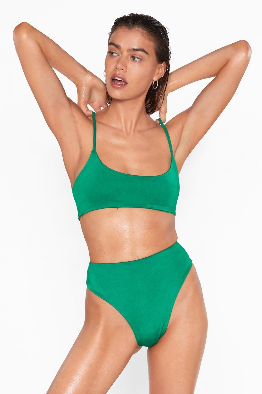 Femme En Bikini Sur La Plage 1
