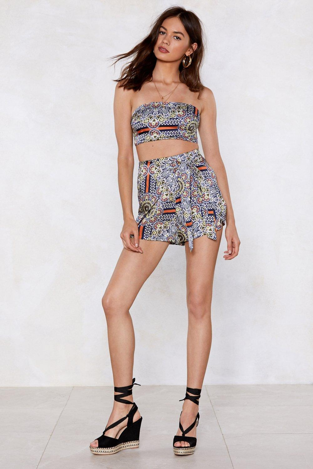 cc078230efaf6a Print Condition Floral Crop Top and Shorts