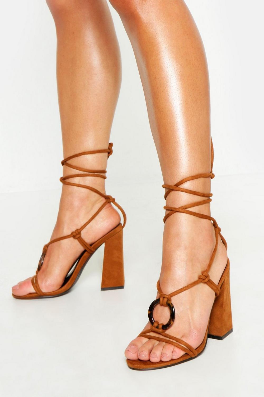 14a0938462b6 Zapatos de tacón grueso cruzado con detalle de anilla de carey   Boohoo