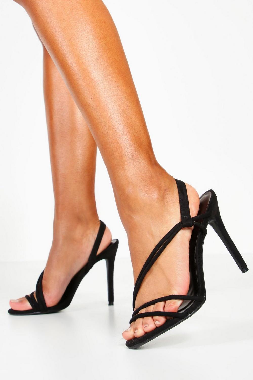 Sandaletter med asymmetriska remmar   boohoo