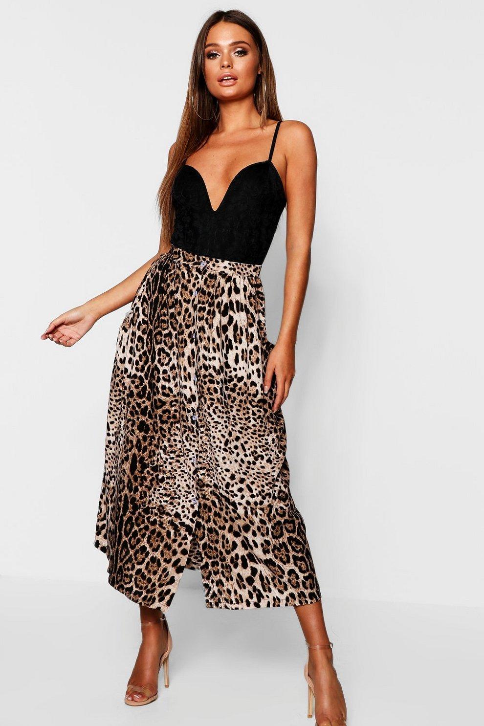 fa32c23711 Falda midi con cierre de botones y estampado de leopardo