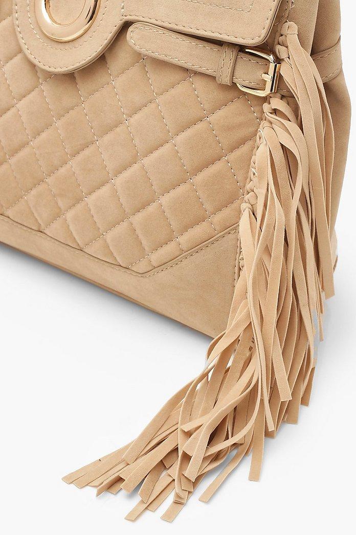 Quiltad väska med ringdetalj och fransar