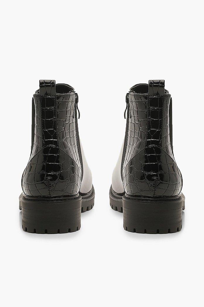 Robuste Chelsea Boots aus Lack mit Einsatz in Kroko Optik | boohoo