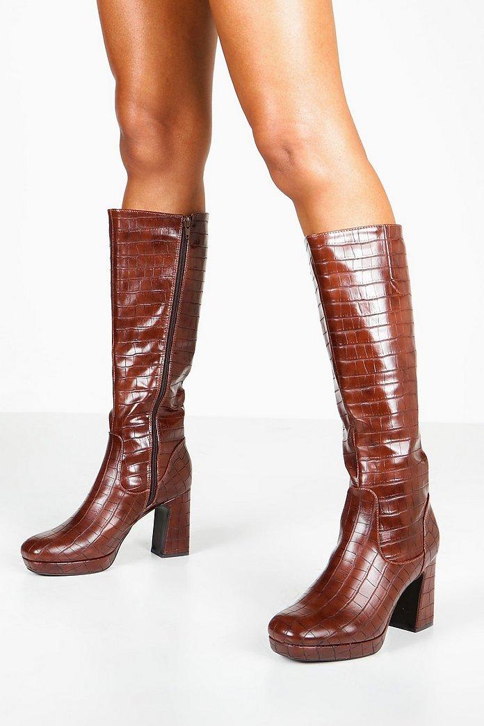 Kniehohe Stiefel mit Blockabsatz in Kroko Design   Boohoo