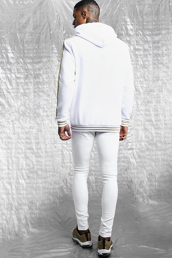 Sweat à capuche avec bande blanche et or MAN Signature | boohoo