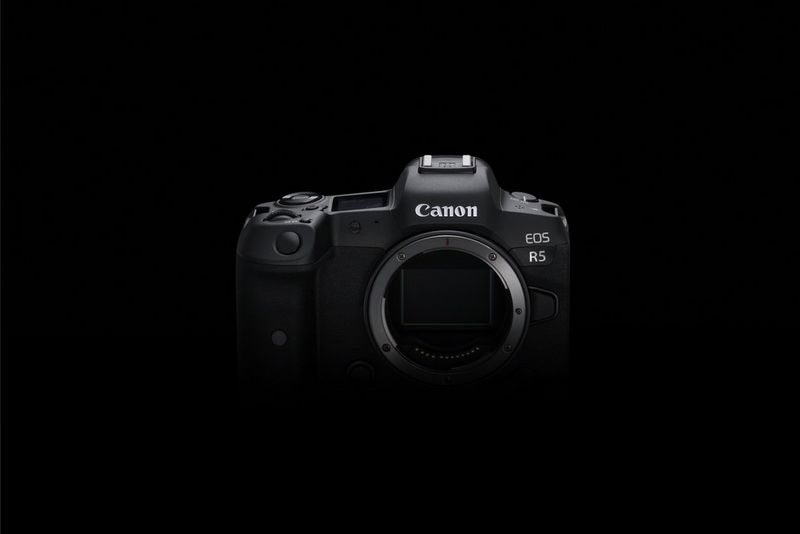 Fotocamera mirrorless full-frame Canon EOS R5.