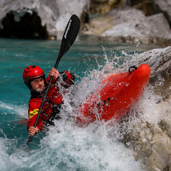 EOS R6  precise Auto-focus tracking Kayaker going through River rapids,