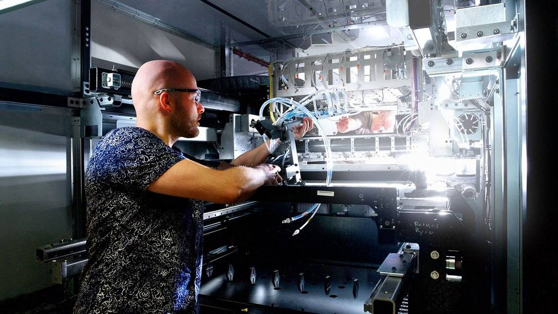 Employee working on VarioPrint i300