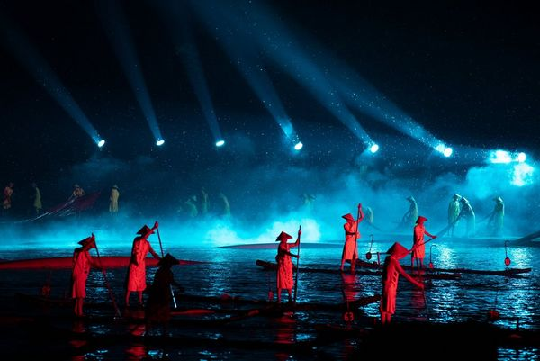 A light show on the River Li. People stand on boats in the river, while bright spotlights light the scene. Taken by Joel Santos on a Canon EOS 5D Mark IV.