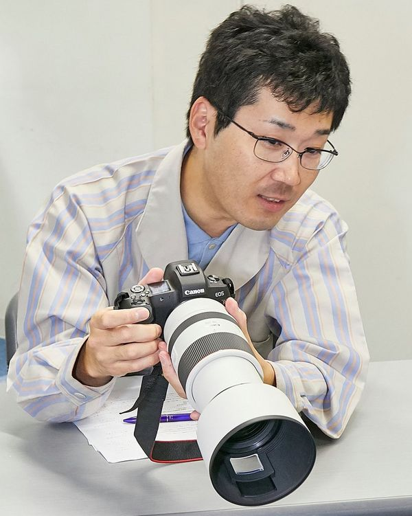 Mr Okuda holding a Canon EOS R with RF 70-200mm F2.8L IS USM lens.