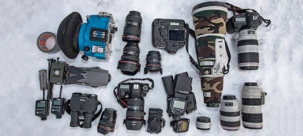 Wildlife photographer Audun Rikardsen's photography kit on the snow.