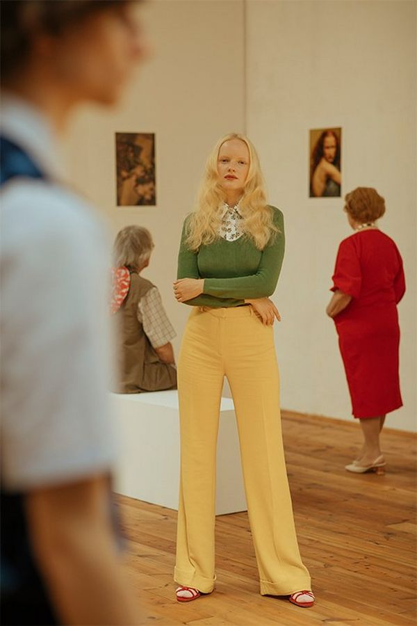 The blonde woman stands in an art gallery, photographed by Javier Cortés on a Canon EOS 5D Mark IV.