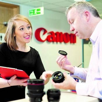 A Canon expert assists a consumer with a product query. df748948459
