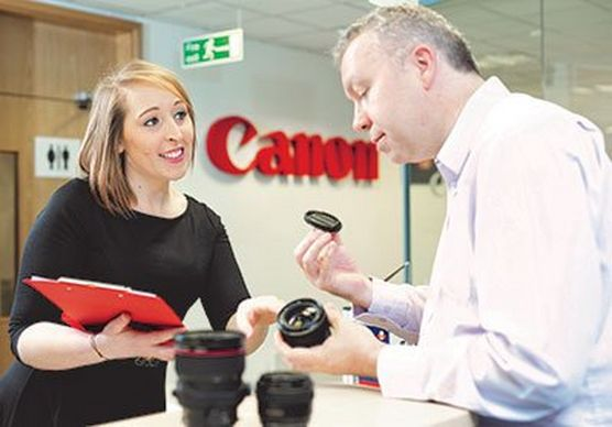A Canon customer receives advice about lenses from an official dealer.
