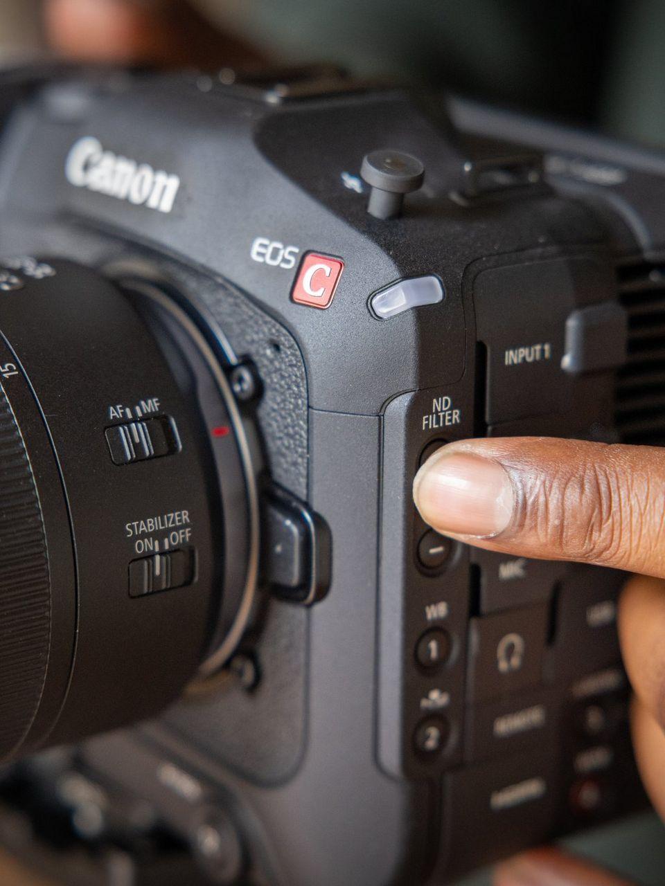 Homme tenant l'EOSC70, caméra cinéma EOS, filtre à densité neutre (ND