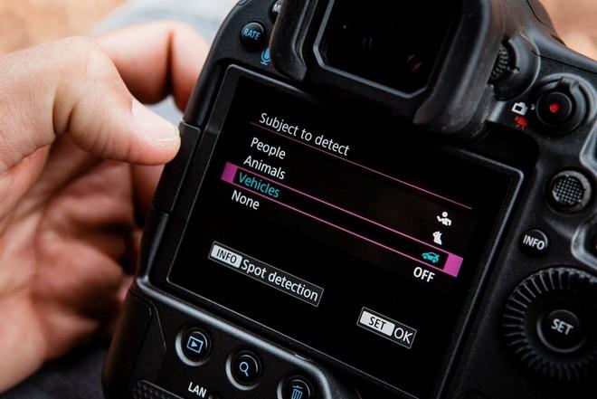 Экран меню на задней панели камеры Canon EOSR3, где можно увидеть опцию отслеживания транспортных средств.