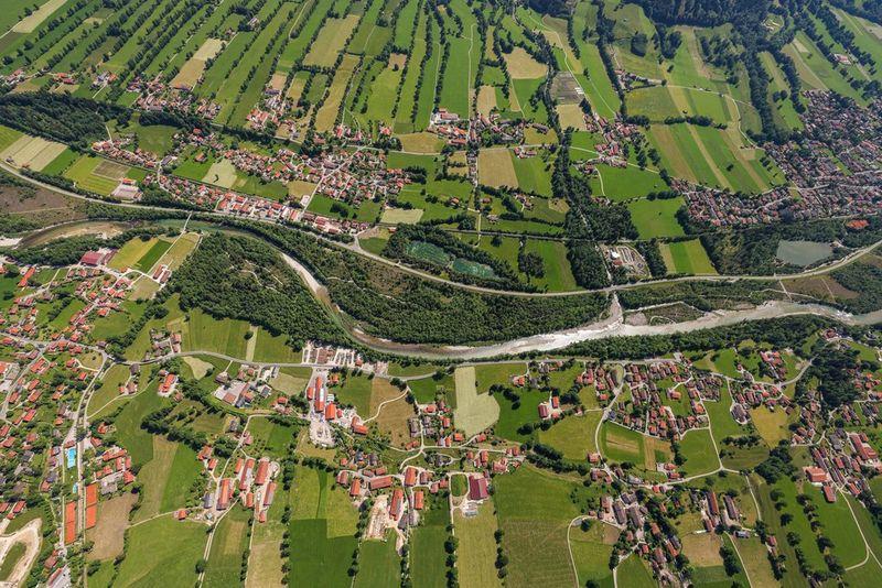 Вид с воздуха на город и окружающую его сельскую местность.