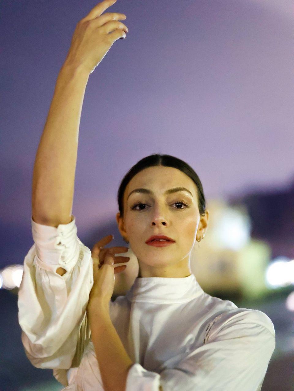 Femeie în postură de balet