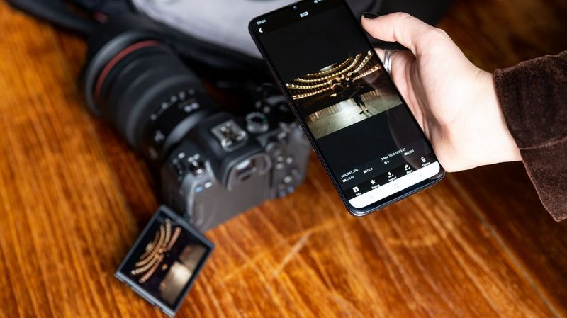Viewing a shot captured by Canon EOS R6 on a smartphone, with the camera placed in the background