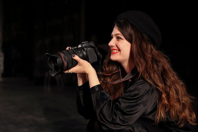 Fashion photographer Wanda Martin with a Canon EOS R6.