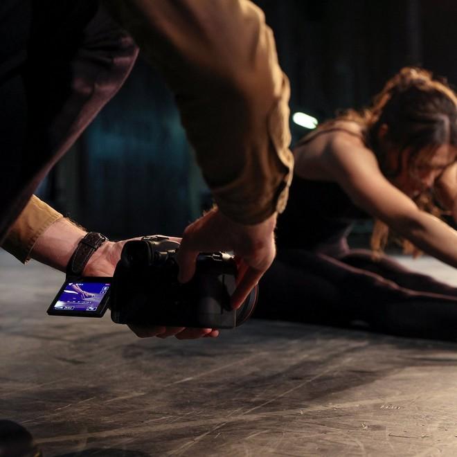 Canon EOS R6 ţinut la un unghi jos, pentru a surprinde un dansator care stă pe podea