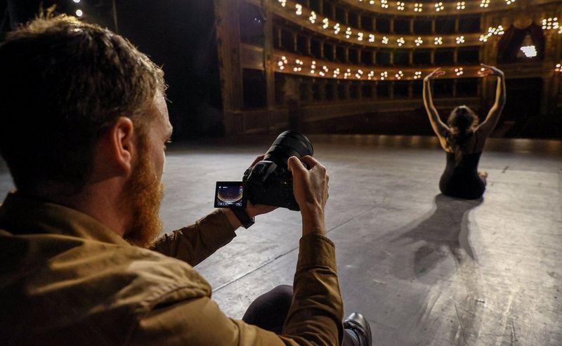 Javier Cortes filmează un balerin într-un teatru cu Canon EOS R6