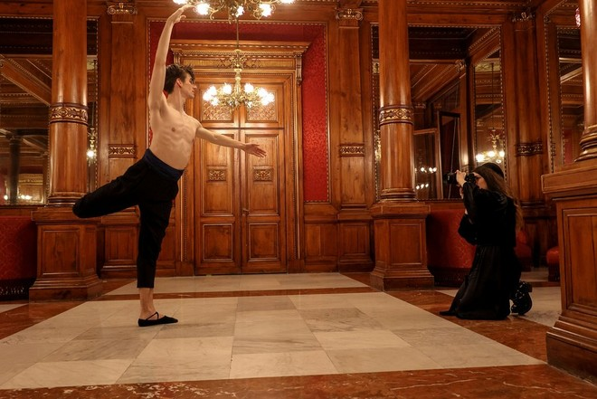 Wanda Martin uses a Canon EOS R6 to photograph a dancer in an ornately decorated room.
