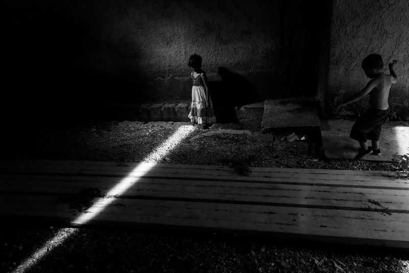 Life in low light - Light shining on small gypsy girl in dark room as little & Paolo Pellegrin - Canon EOS 5D Mark IV - Canon Europe azcodes.com