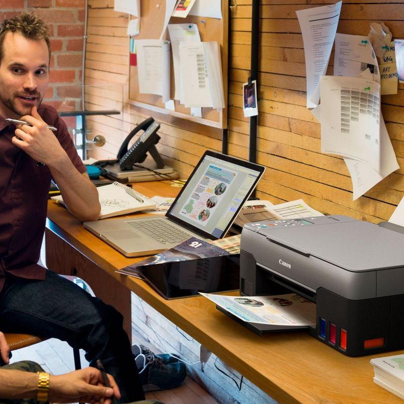 PIXMA G3460 conectată la un laptop şi imprimând