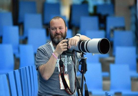 Photographer and Canon Ambassador Onur Ҫam with a Canon camera and long sports lens.