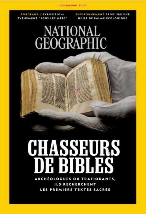 The cover of the French language edition of National Geographic Magazine features white-gloved hands holding an ancient bound Bible.