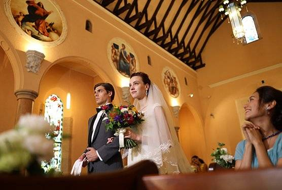 Wedding scene in a church shot on the Canon EOS R and RF 28-70mm f/2L USM