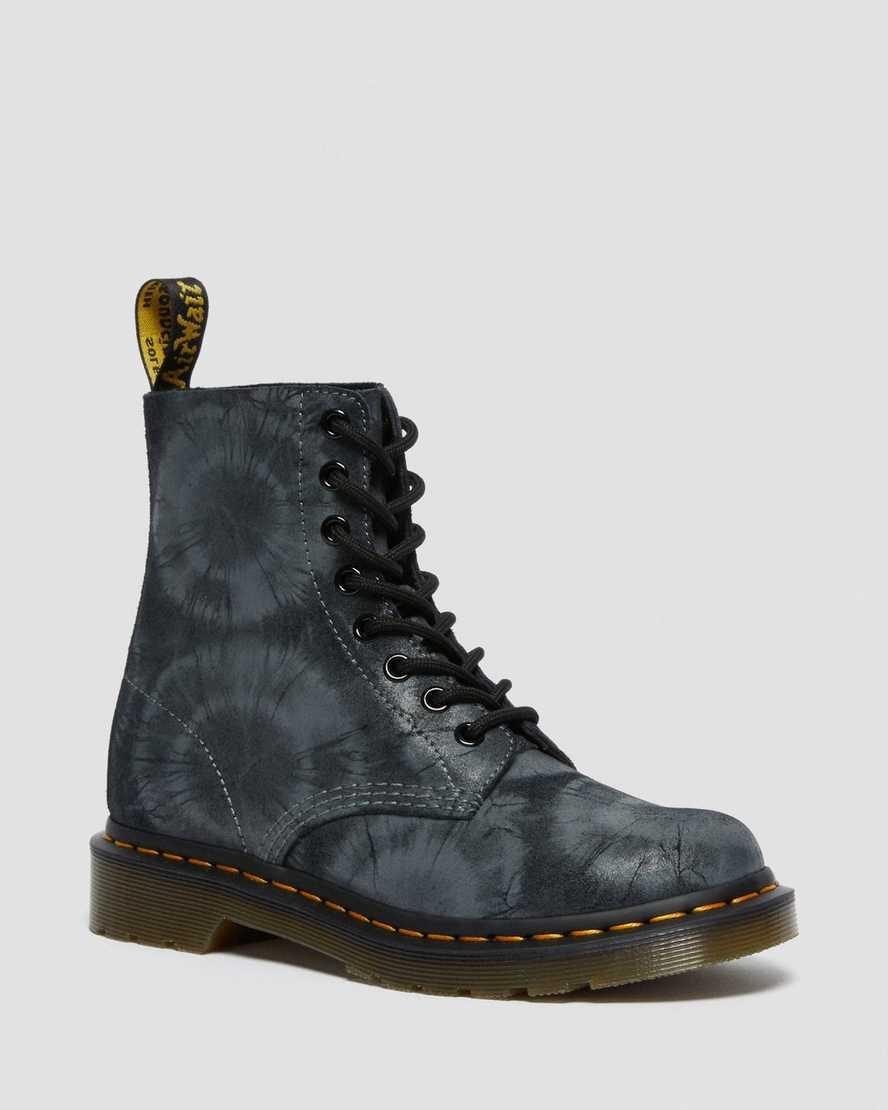 https://i1.adis.ws/i/drmartens/26406001.88.jpg?$large$Boots 1460 Pascal en Daim à Imprimé Tie-Dye | Dr Martens