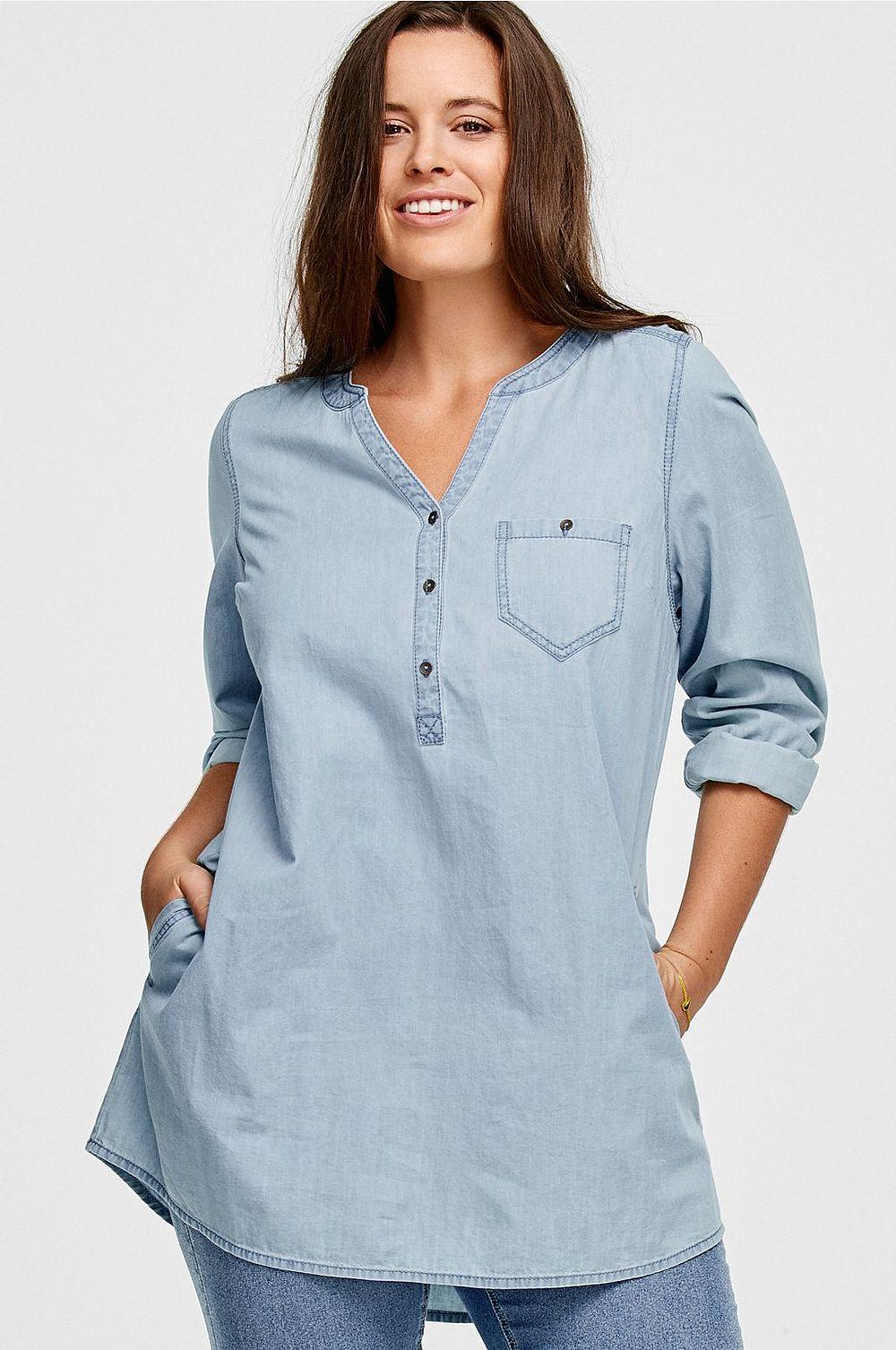 Modellens längd är 173 cm och bär storlek 44. Kraglös jeanstunika 89e178bab0526