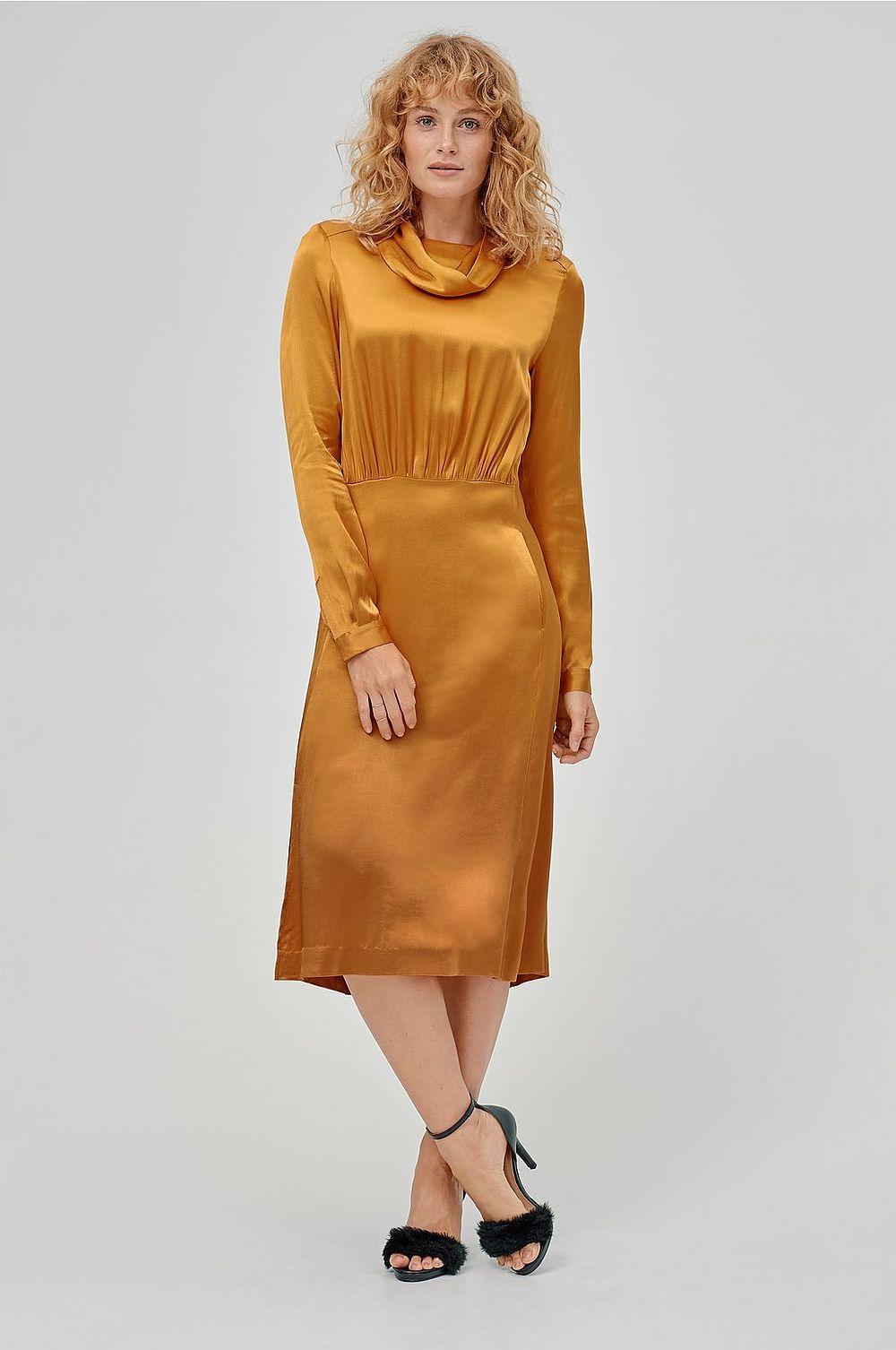 Klänningen från H M (adlink) är förvisso ingen äkta omlottklänning men den skapar  en perfekt illusion av att vara det. b5b8cac2419b7