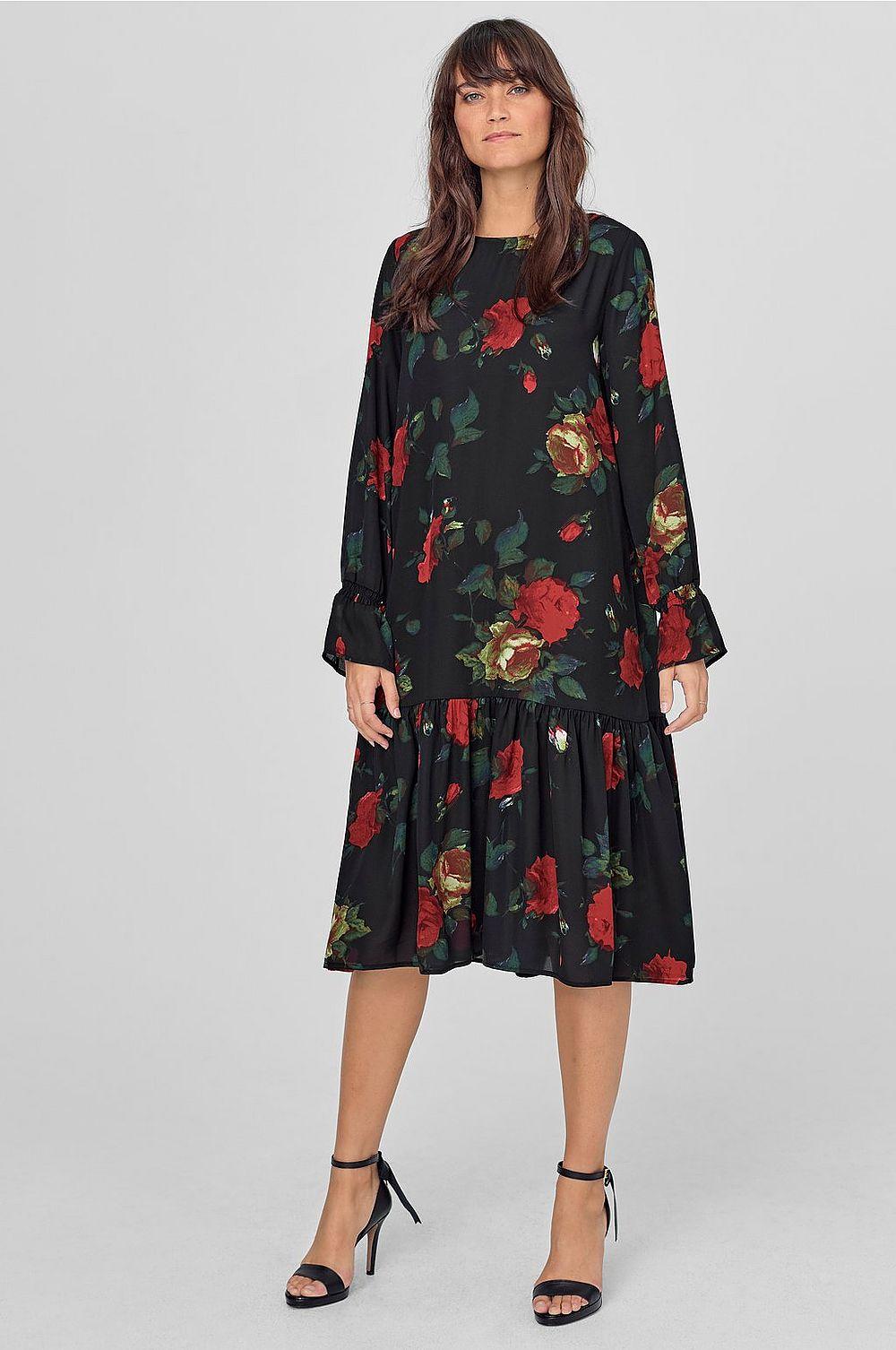 """8dc2b155368c Älskar hur den blommig klänningen från Ellos (adlink) """"växer"""" i mina ögon.  Den är inte tokig alls. Snygg med svarta strumpbyxor och stövletter eller  som på ..."""