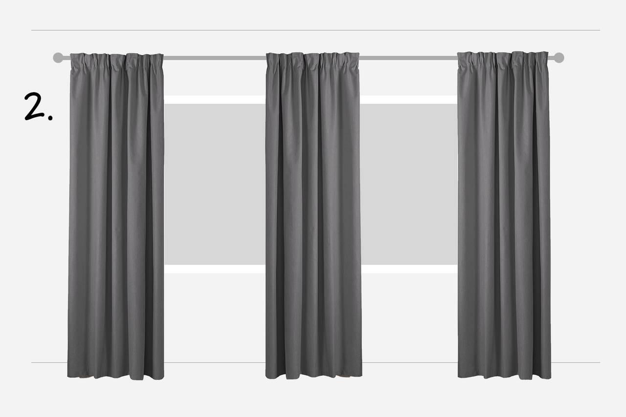d034a05c Hæng også et gardin mellem vinduerne for at skabe et mere hyggeligt udtryk  med tekstil. Til denne løsning kan du bruge en enkelt, lang gardinstang.