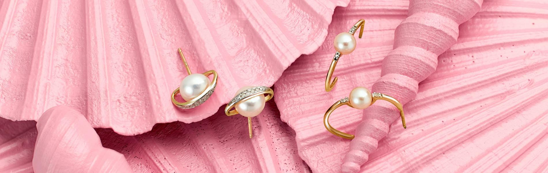 Pearl jewellery on pink shells