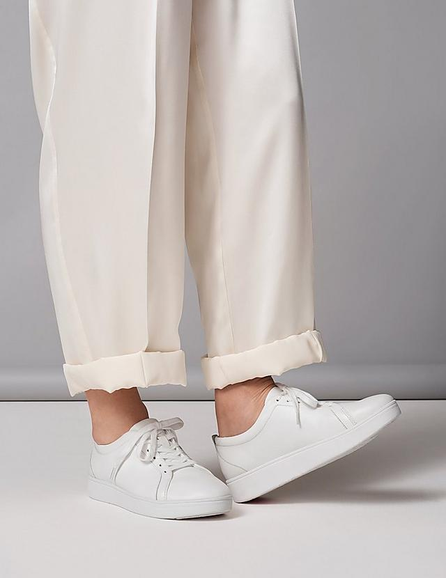 Classic leather sneakers, with a tennis shoe style finished in the colour urban white.