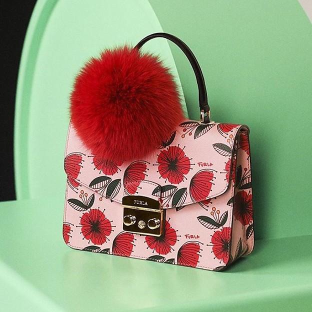 a9089f3e1eeb Отличительная отделка и смешанные цветные узоры пример предвидения  тенденций в маленьких сумочках и сумках tote с уникальным и современным  дизайном на любой ...