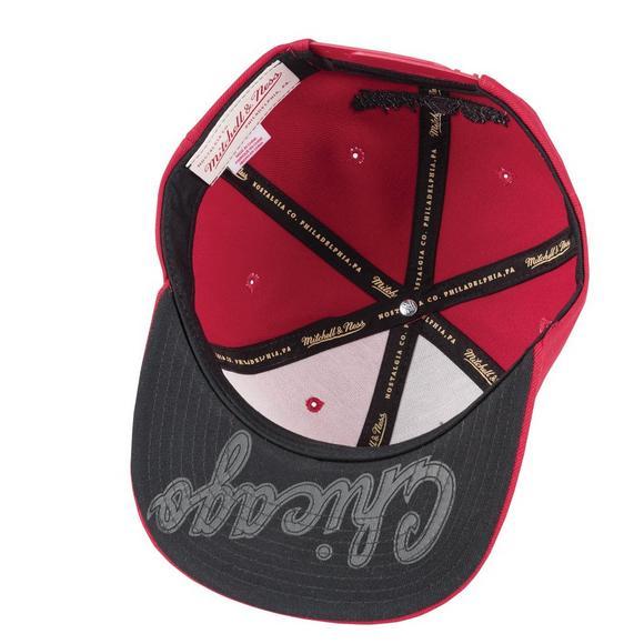 ab2b45f119c Mitchell   Ness Chicago Bulls Baskeball Shorts Split Snapback Hat - Main  Container Image 3