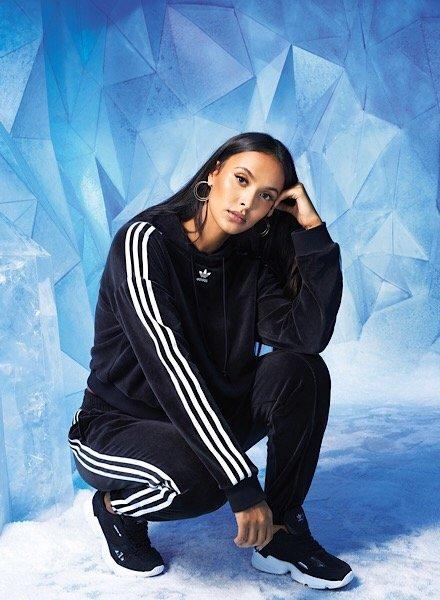 Mädchen trägt adidas Originals Velvet Anzug