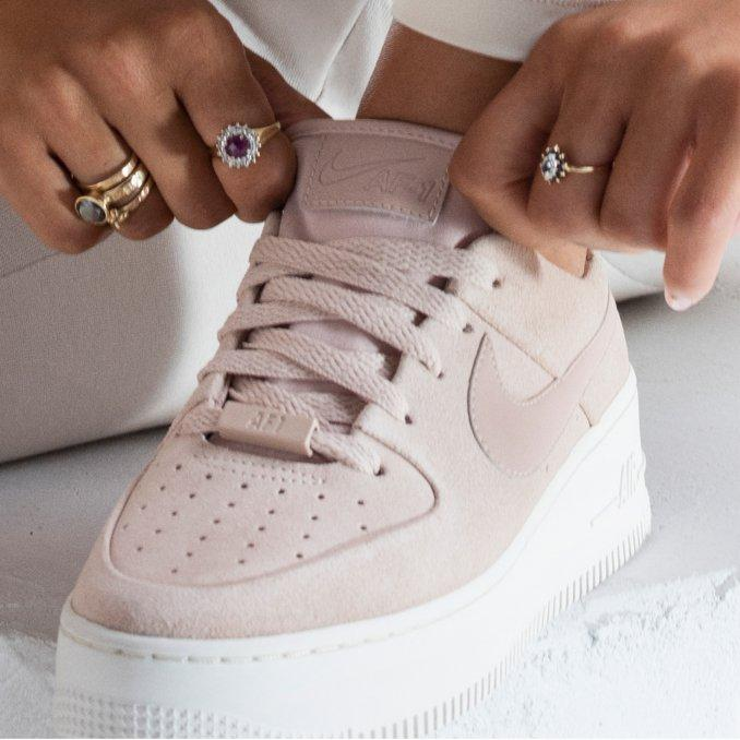 nike air force nere indossate