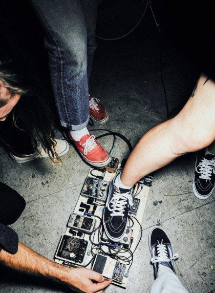 På billedet ses to dudes i DC Shoes tøj.