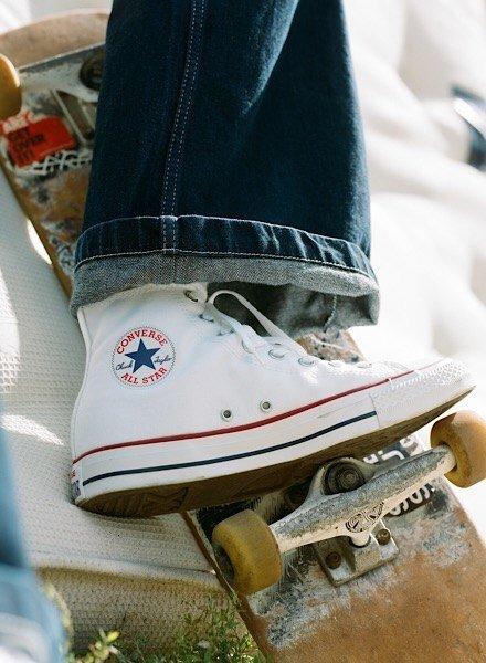 På billedet ses et sæt Converse Chuck Taylor model i sort.