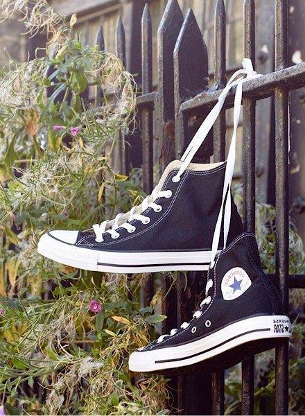 På billedet ses en Converse Chuck Taylor model i hvid.