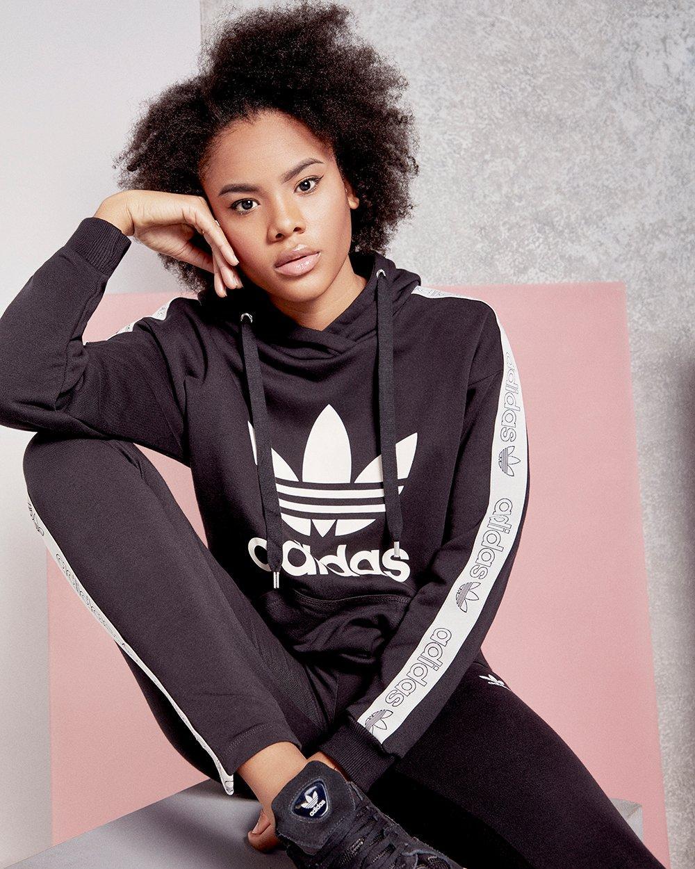Mädchen in adidas Originals Outfit