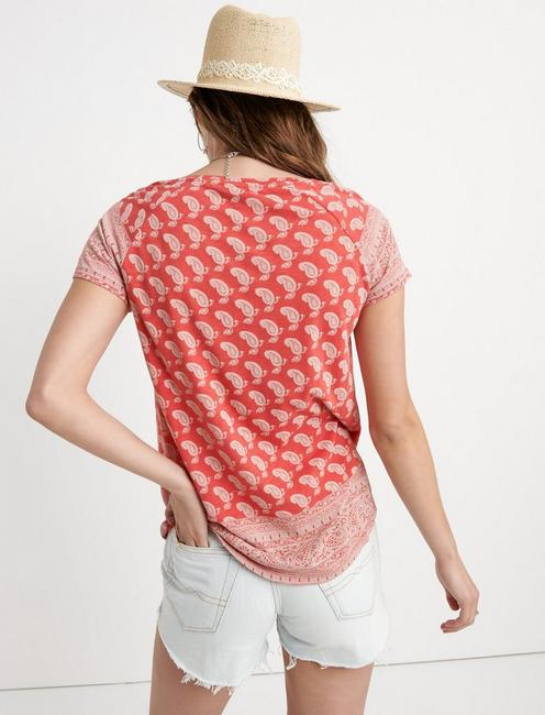 PAISLEY BORDER PRINT TEE, RED MULTI