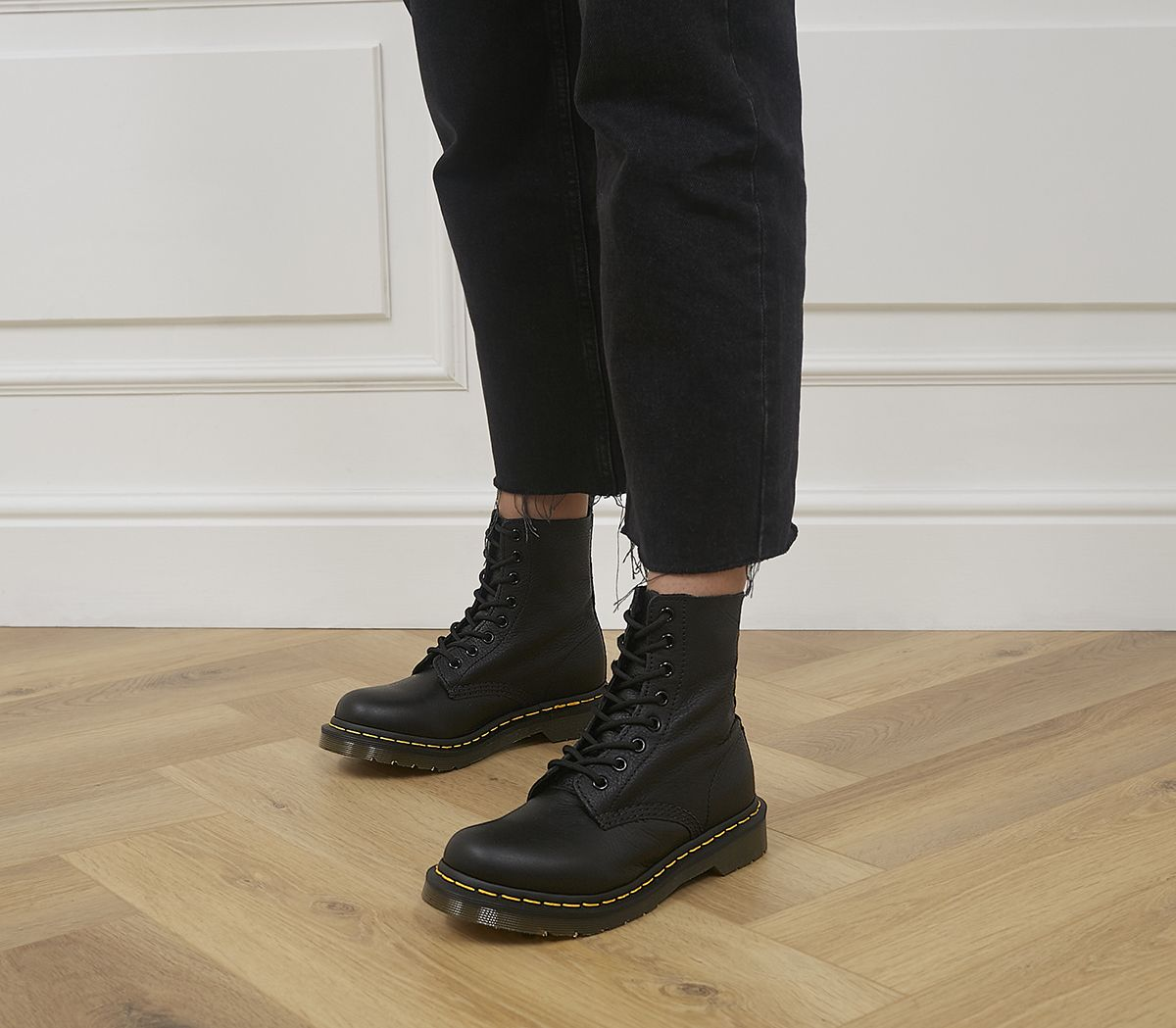 c07dd2395591 Dr. Martens 8 Eyelet Lace Up Boots Black Virginia - Ankle Boots