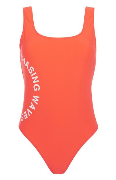 Roter Badeanzug mit Slogan